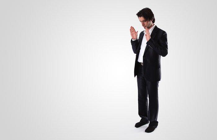 Inta en stående position, säg takbīr samtidigt som du med handflatorna riktade framåt i böneriktningen (qiblah) höjer händerna upp i nivå med axlarna eller lite högre.