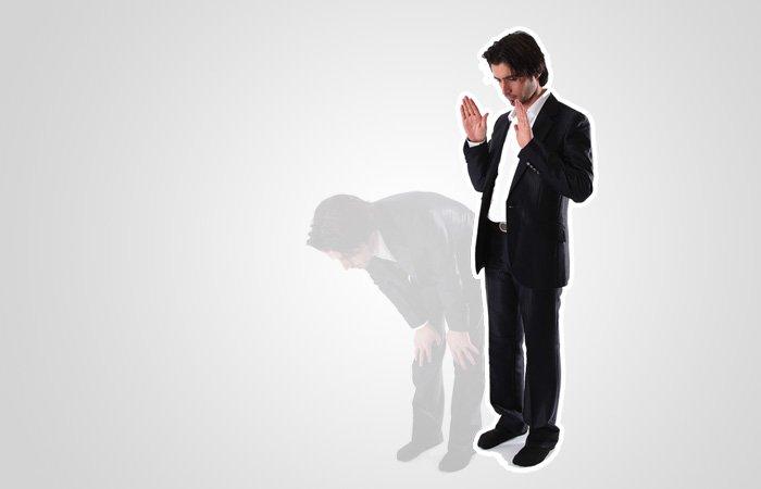 Res dig åter till stående samtidigt som du med handflatorna riktade framåt i böneriktningen (qiblah) höjer händerna upp i nivå med axlarna eller lite högre och säger sami'allāhu liman ḥamidah (Gud lyssnar till den som lovprisar Honom). Detta sägs oavsett om man förrättar bön enskilt eller är böneledare (imam). Säg sedan rabbanā wa lakal-ḥamd (vår Herre, Dig tillkommer all lov och pris).