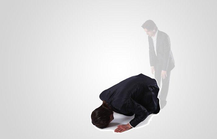 Läs takbīr och gå ner i nedfallandet (sujūd) som innebär att båda fötternas tår, knän, händer, panna och näsa vidrör underlaget. Det är rekommenderat att inte ha armarna intill sidorna eller magen nära låren, samt att se till att underarmarna inte har kontakt med underlaget. I denna position (sujūd) sägs subḥāna rabbiyal-a'lā (upphöjd vare min Herre, den Högste).