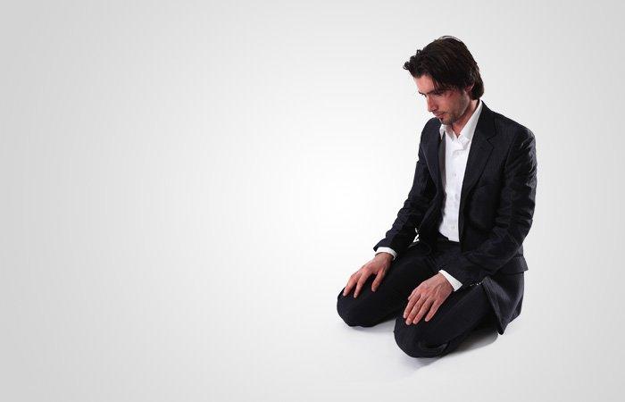 Säg under sittandet mellan de båda nedfallandena rabbiĝfirlī (Herre, förlåt mig).  Det är obligatoriskt att säga detta minst en gång och rekommenderat att säga det tre gånger.